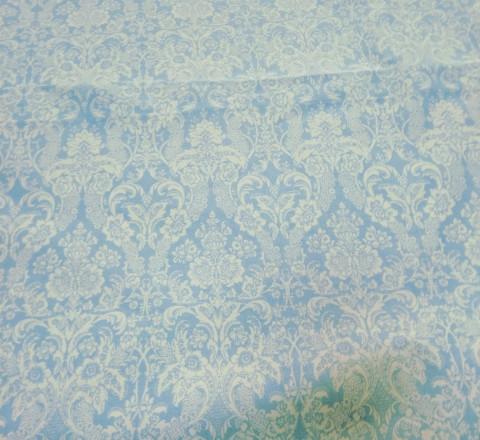 Бязь модная. Белый дамаск на голубом фоне